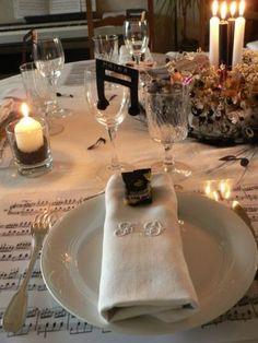 Une de mes tables de Noel theme musique : set en partition, notes sur la table, en marque-place, Noir et blanc aussi dans le centre de table