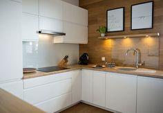 plan de travail cuisine et dosseret en stratifié et armoires sans poignées