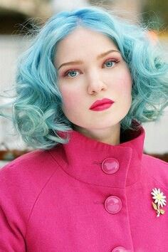 Amazing pastel blue short wavy hair. If only I was young or a musician or something, I would totally do this.