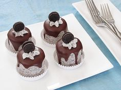 Mini Chocolate and Oreo Cakes ~ This is the kind of cake that you won't be ashamed to beg for. Beneath the chocolate pour and Oreo rich mousse like frosting is Köstliche Desserts, Delicious Desserts, Health Desserts, Plated Desserts, Mini Cakes, Cupcake Cakes, Cookie Cakes, Oreo Cupcakes, Lemon Cupcakes