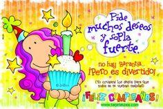 violeta sosteniendo cupcake de cumpleaños © ZEA www.tarjetaszea.com