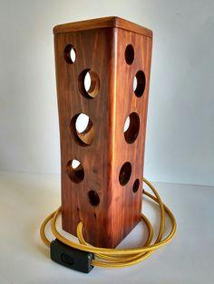 Lámpara ambiente cálido hecha a mano con madera reciclada de palet Wooden Lamp, Wooden Decor, Wooden Crafts, Diy Luminaire, Handmade Lamps, Diy Wood Projects, Woodworking Crafts, Diy Home Decor, Decoration
