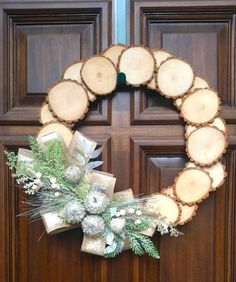 How to make a Rustic Wood Slice Wreath. Watch the video and learn how to use rustic wood for a year-around decorative wreath for your home. #wreath #DIY #crafts