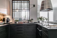 Snyggt industrifönster avgränsar mot sovrummet