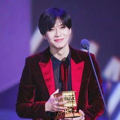 161202 #taemin #이태민 | mama awards 2016 in hong kong © sweet emotion — LOOK AT HIM WITH HIS AWARD HE'S SO HAPPY HIS EYES ARE SPARKLING ABFIBSJDJFJ TAEMIN DESERVES THE WORLD