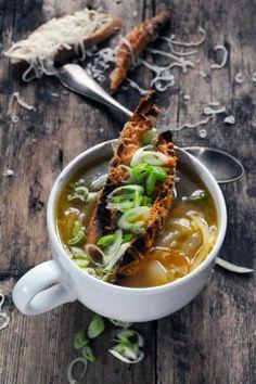 Les choses changent mais la soupe à l'oignon i croûtons reste ! Soupe aux deux oignons i croûtons d'Ossau-Iraty et souvenirs souvenirs…