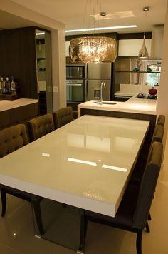 Mesa de jantar branca com cadeira Marrom de GhiorziTavares Arquitetura - Viva Decora