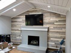 Bricolage - Construire un mur de palettes en bois - The Kelly Homestead , Painted Fireplace Mantels, Fireplace Tile Surround, Paint Fireplace, Country Fireplace, Wooden Fireplace, Faux Fireplace, Fireplace Ideas, Mantle, Stick On Wood Wall