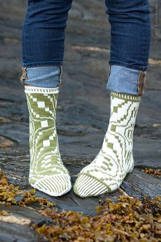Ravelry: Knoten pattern by Stephanie van der Linden Crochet Socks, Knitted Slippers, Wool Socks, Knit Or Crochet, Knitting Socks, Knitting Stitches, Hand Knitting, Knitted Hats, Knitting Patterns
