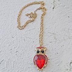 COLLAR OWL RED - $30.000 Collar tipo ópera (65 a 90cm) dorado con dije de buho, cierre broche para graduar largo. Colores disponibles del dije: rojo, negro y morado.
