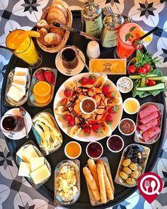 bolig_til_salgs_alanya - Adem yildirim Breakfast Picnic, Hotel Breakfast, Breakfast Time, Best Breakfast, Breakfast Recipes, Breakfast Presentation, Party Food Buffet, Turkish Breakfast, Food Platters