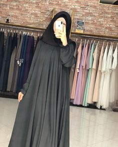 Görüntünün olası içeriği: bir veya daha fazla kişi ve ayakta duran insanlar Moslem Fashion, Niqab Fashion, Modesty Fashion, Girl Fashion, Fashion Outfits, Abaya Designs, Stylish Dress Designs, Abaya Mode, Pakistani Fashion Casual