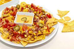 Nachos con salsa cheddar. Echar la mitad de los ingredientes bacon, pavo, etc. para esa cantidad de queso cheddar. Cantidad ideal para una bolsa.