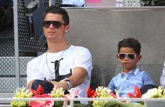"""O filho de Cristiano Ronaldo cada vez tem despertado mais interesse em todo o lado, e os jornais ingleses meteram-se ao barulho. O jornal inglês """"Daily Mirror"""" afirma ter descoberto toda a verdade, e revelou-a ao público!"""
