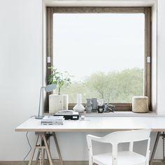 Home Office - Mesa com Cavaletes - Estilo Escandinavo - Mesa de madeira Clara - Cadeiras Brancas - Luminária de Mesa - Estilo Escandinavo na Suécia - Folkhem -  Blog Decostore