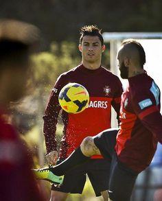 Os jogadores da seleção portuguesa de futebol Cristiano Ronaldo e Raul Meireles treinam em Óbidos, a 90 km de Lisboa. Nesta sexta (15), Portugal enfrenta a Suécia na repescagem para a Copa do Mundo Brasil 2014 - http://epoca.globo.com/tempo/fotos/2013/11/fotos-do-dia-14-de-novembro-de-2013.html (Foto: EFE/Mario Cruz)