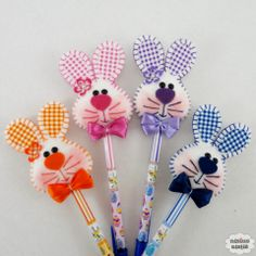 Ponteira de lápis coelho colorido Bunny Crafts, Foam Crafts, Easter Crafts For Kids, Diy And Crafts, Felt Bookmark, Pencil Toppers, Craft Show Ideas, General Crafts, Crochet Bunny