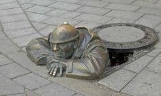 Bratislava guy-in-the-manhole statue Bratislava Slovakia, Alternative Art, Funny Faces, Rue, Geography, Creative Art, Sculpture Art, Street Art, Jokes