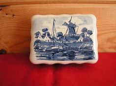 ANTIQUE PORCELAIN BOX WITH LID STAMPED ON BOTTOM 1892/12 ALL HAND CRAFTED/PAINTED BY DEIFTS BLAUW