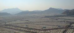 Saudi Arabien möchte fünf Millionen Arbeitsmigranten abschieben. Die leerstehende Zeltstadt Mina (Foto) hätte Platz für drei Millionen Flüchtlinge, etwa aus den Nachbarländern Syrien und Irak. Foto: Mubeen Rahman / Wikimedia (CC BY 3.0)
