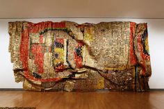 The Ghanaian artist El Anatsui, whose retrospective exhibition just opened at the Brooklyn Museum, invented a new art form using Nigerian-made liquor bottle tops. Ghana, Site Art, New York Museums, Nyc Art, Digital Museum, Art Courses, Art Sites, Mosaic Patterns, Sculpture