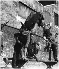 París. 1950. Robert Doisneau. Jóvenes haciendo piruetas en la calle, cuando se usaba la calle para casi todo.