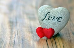 Svatební proslov je nesmírně důležitou součástí každé svatby. Proto by se mělo jednat o připravený projev, protože pak může být velmi nepříjemné, když toho, který proslov pronáší, nenapadají vhodná slova a všichni svatební hosté čekají v trapném tichu.Novomanželé by se proto měli předem domluvit s těmi, od kterých si přejí svatební projev přednést, aby dotyční