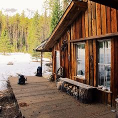 How beautiful would this be as a venue for an intimate wedding full of rustic charm Cabins And Cottages, Log Cabins, Off Grid Cabin, Little Cabin, Mountain Living, Log Homes, Barn Homes, Cozy Cabin, Cottage Living