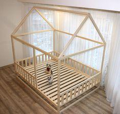Holzhaus Bett besteht aus Espe, Birke oder Erle. Das Holz ist mit natürlichen Schutzwachs für Holz, mit Leinöl, das speziell für die Holzverarbeitung, Kolophonium bereit ist (Harz), Bienenwachs und Zusammensetzung der andere hochwertige Wachse bedeckt, es hat einen angenehmen Duft von
