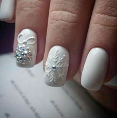Nails in white gel: A range of ideas to adopt a very chic winter nail art Symbolizing purity, in winter, white is associated with snow and flakes. That& why white gel nails are a favorite during the cold season. The gel pol. Holiday Nail Art, Winter Nail Art, Winter Nails, Diy Christmas Nail Designs, Christmas Design, Trendy Nail Art, 3d Nail Art, White Gel Nails, Matte Nails