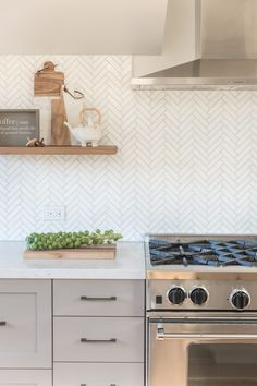 """Need some kitchen splashback ideas for your new kitchen? Take a look at these 70 beauitful and unique kitchen splashback that will make you say """"Wow! Kitchen Splashback Tiles, Kitchen Inspirations, Kitchen Tiles Backsplash, Modern Kitchen Backsplash, Kitchen Backsplash, White Modern Kitchen, Home Kitchens, Kitchen Backsplash Designs, Kitchen Remodel"""