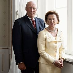King Harald and Queen Sonja of Norway  #followme #like4follow #follow4follow #photooftheday #royal #royals #royalfamily #theroyalfamily #royalfamilies #royalty #europe #europeanroyalty #monarchy #monarchies #royalties #love #norwegianroyalfamily #norwegianroyals #norway #norwegianmonarchy #queensonja #kingharald #couple #royalcouple #officialpicture #smile #kingdoms #kingdom #norwegen
