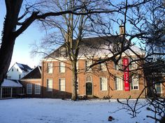 Achterzijde museum in de sneeuw.