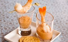 The classic combination of chilled shrimp and zesty cocktail sauce is always a winner! Leave the tail shells on for a natural 'handle'. Finger Food Appetizers, Finger Foods, Appetizer Recipes, Epicure Recipes, Menu, Valentine Treats, Yummy Eats, Sweet And Salty, Cocktails