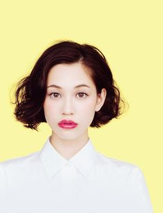 A tousled bob, clean eye makeup, and punchy lipstick. Love this look!