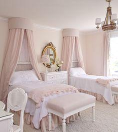 Habitación infantil de niña. 2 camas con dosel. Blanca y rosa.