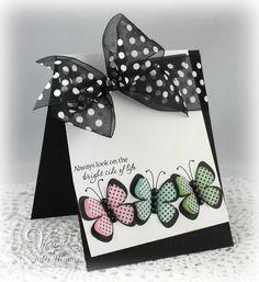 tarjeta con cinta y mariposas