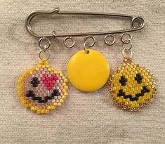 Belle broche smiley sur une idée de @chikichikichiquita #miyuki #miyukibeads #perlesandco #jenfiletoujoursdesperles #jenfiledesperlesetjaimeca #brickstitch #smiley