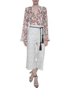 Bata estampada Kika Simonsen, calça pantacourt estampada, cinto amarração preto com tassels, sandália preta e branca.