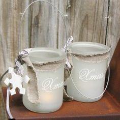 Romantische Windlichter aus Milchglas mit Xmas Aufschrift, Stoffbändeln und Dekohänger in Schneeflocken oder Engelform.