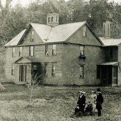 """La maison de """"louisa may alcott"""" Concord Massachusetts, Camping Books, Beloved Book, Louisa May Alcott, Woman Movie, Old Houses, My Images, The Outsiders, Places To Visit"""