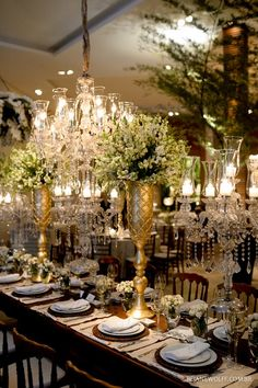 Casamento clássico, chique e elegante. Mesa comunitária com candelabros e lustres de cristal. Foto: Rejane Wolff