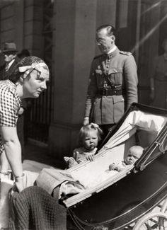 Juliana, Bernhard, Beatrix en Irene in Londen, mei 1940