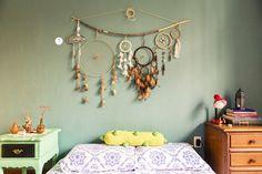 cor da parede + apanhador de sonhos = <3
