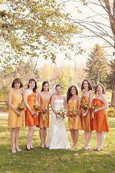 オレンジのドレスに身を包んだブライズメイドたち。