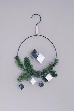Marmorierte Baumanhänger zu Weihnachten. Weihnachtliche Anhänger im Marmor-Trend mit diesem Freebie-Set zum Ausdrucken ganz einfach selber machen.