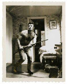 O ilustrador #FrankFrazetta faria hoje 87 anos! Na foto, você pode vê-lo tirando uma onda de Clint Eastwood italiano.