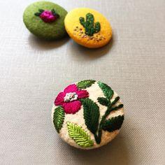 #floral #embroidery #button #vintage #handmade #brooch #handembroidery #handcrafted #creamente #etsy #etsyshop #bordado # nakış #jewelry #colors