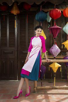 siêu mẫu Thanh Hằng diện mẫu áo dài cách tân của NTK Sơn Collection (Lương Minh Sơn) với thiết kế đầy năng động nhưng không kém phần dịu dàng...