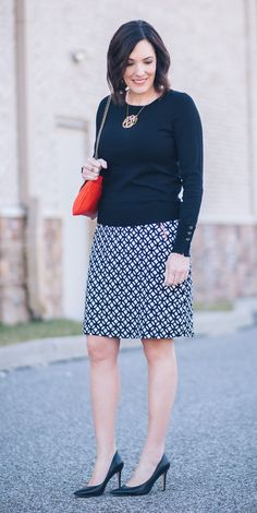 Jo-Lynne Shane wearing an early spring work wear look with LE LIS Maura Zip Pocket Detail Skirt from Stitch Fix with black Sam Edelman Hazel pumps and a red handbag. Men's Casual Fashion Tips, Fall Fashion Trends, Work Fashion, Fashion Advice, Skirt Fashion, Autumn Fashion, Fashion Outfits, Fashion 2018, Fashion Edgy